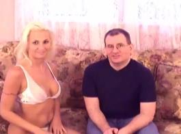 حصلت شقراء مثير على تدليك تحولت إلى ممارسة الجنس غير الرسمي مع مدلكها، بدلا من القيام بعملها