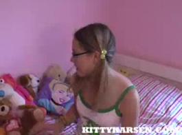 سولو في سن المراهقة كيتي مارس الجنس لأول مرة