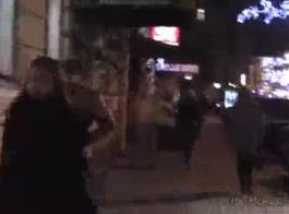 امرأة سمراء في سن المراهقة المشاغب جاهزة لفصل رقصها، لكنها أولا تفعل ذلك مع صديقها