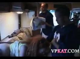 الفتيات قرنية يأكلون الهرة الطازجة في بعضهم البعض في فندق ضخم العربدة، في الصباح