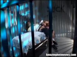 يتم ربط الفرخ شقراء صغيرتي في قفص واستمتع أثناء الحصول على مارس الجنس، من قبل رجل قوي