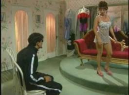 امرأة سمراء تزييتة إيطالية، آفا مينديز لديه هزاز إدراج داخل بوسها، بينما أمام المرآة