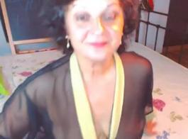 أمي ناضجة مع سراويل الدانتيل الأبيض
