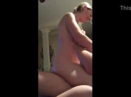 تعمل امرأة شقراء كمدرب من الجنس العام وغالبا ما يمارس الجنس بينما وحده في المنزل