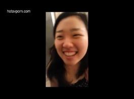 فتاة آسيوية شابة تبين لها حاشد كس