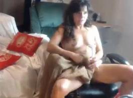بيتي ربة منزل مع عيون زرقاء هو مص ديك زوجها والاستعداد لممارسة الجنس