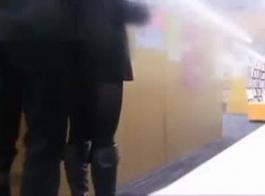 الفاسقة اليابانية الساخنة ترتدي جوارب المثيرة أثناء وجود ممارسة الجنس بالبخار في غرفة الفندق
