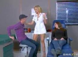 ممرضة مثيرة، نزل نانسي ويليس على ركبتيها، أمام مريضها، لامتصاص ديكه