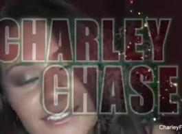 تشارلي تشيس وهادلي فيسكة يفعل ذلك مع أبي أفضل صديق لهم، خلال الثلاثي عارضة