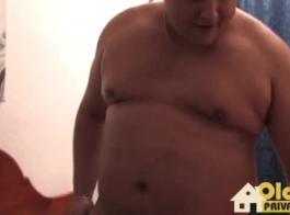 الألمانية ناضجة مع الشعر الأحمر وثدي صغير جدا يتم التدخين والمهن في غرفة التدليك