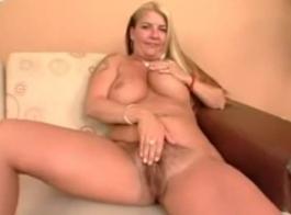 امرأة سمراء مفلس مع الحلق العميق هي ممارسة عارضة، عارضة الجنس مع رجل تحب الكثير