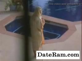 الفراخ اليابانية تقاسم ديك طويلة وصنع الحب بجانب حمام السباحة