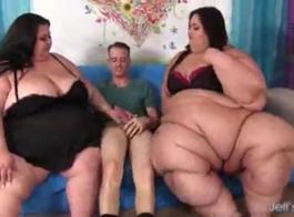 الفتيات في الملابس الداخلية المثيرة تلعب مع كس أمام الكاميرا، فقط للمتعة
