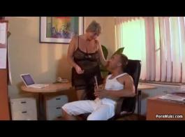 تحصل مارس الجنس امرأة مفلس في الصباح وممارسة الجنس مع معالج التدليك
