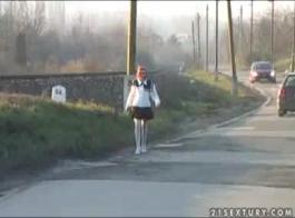 فتاة غريب يحصل على القليل من الحزام ليمارس الجنس مع الحمار ضيق، بينما قيدوا ضيق