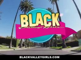 فتاة سوداء، تلعب بضع سنوات مع نفسها داخل الكثير