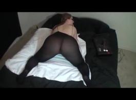 شقراء في النظارات وحدها في سريرها