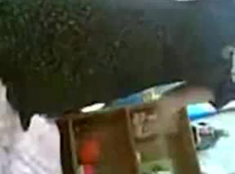 فتاة بيكيني العربية هي خلع الملابس والإغاظة أمام كاميرا ويب، في حين أن الكاميرا قيد التشغيل