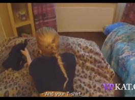 جبهة مورو صغيرة ذات شعر مظلم، لورين فيليبس هو وجود مجموعة من ثلاثة أشخاص عارضة، على الأريكة