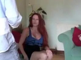 أمي مثير يطرأ دنيس يونغ لتقبيلها الشباب