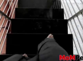 جبهة مورو مفلس في اللاتكس يرقص على الأرض