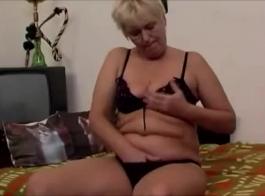 الجدة تتحرش في حفيدها وينيكها