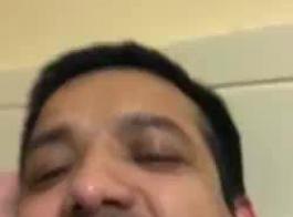 رجل هندي قرنية حصلت على اللسان من صديقه الصاروخي وضخ الحمار لها في المقابل