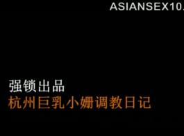 سيدة الآسيوية الساخنة في جوارب سوداء مارس الجنس شاب، بدلا من القيام بعملها