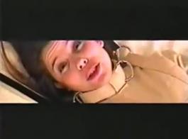 امرأة سمراء مثقبة يركع وامتصاص الديك الثابت في مدربها، بينما يقوم بوجود فيديو