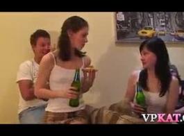 ذهبت الفتيات البرية إلى المكتب إلى ممارسة الجنس غير الرسمي، أو تناول المشروبات مع زملائهم