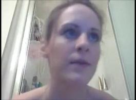 الأزرق العينين، امرأة الاسترالي مع الثدي الكبير الثابت هو فرك ديك وسيم في غرفة المعيشة
