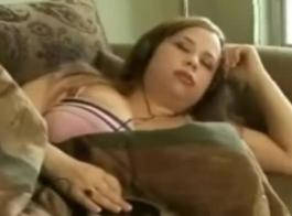 امرأة سمراء سمينة مع كبير الثدي هي ركوب ديك صخرة صلبة، بينما في غرفة نومها