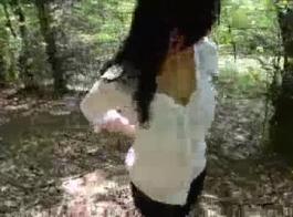 وقحة الألمانية الجميلة في جوارب لاسي بيضاء وحزام الرباط هو وجود علاقة جنس متشددين