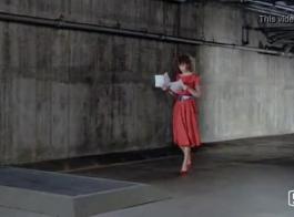 نزلت امرأة ذات شعر أحمر على ركبتيها أمام الكاميرا لتظهر لنا كس