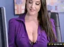 أراد سكرتير مفلس العادة السرية أثناء طريقها إلى العمل، لذلك مارست الجنس مع رئيسها