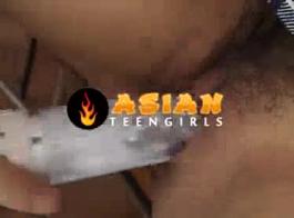 تلميذة الآسيوية المبتذلة يحصل لها الحمار الرطب مغطاة بالماء