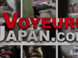 ممتلئ الجسم، امرأة سمراء الآسيوية مع الألغازية الركوع على الأرض وامتصاص ديك هائلة