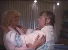 غالبا ما تبحث نضوج قرنية عن الرجال الذين سوف يمارس الجنس معهم في غرفة فندق