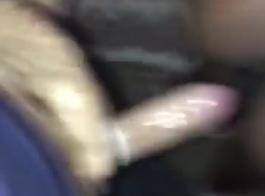 في سن المراهقة الأبنوس يئن خلال ممارسة الجنس بين الأعراق، لأن حبيبها هو حفر بوسها