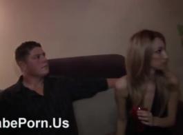 تحصل مارس الجنس فتاة آسيوية قرنية ومارس الجنس في المرآب المحلي