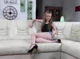 امرأة سمراء نحيفة في سن المراهقة في سراويل الوردي يحب أن تشعر بأن ديك أسفل حلقها، في الصباح