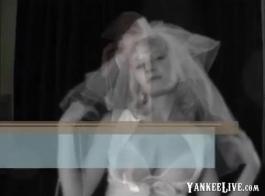 الثدي الصغيرة العروس تظاهر في المنزل
