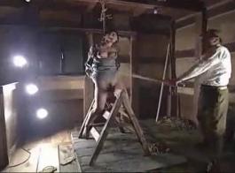 فتاة عبودية آسيوية مثير مارس الجنس في رأسها قبل أن تحصل على مدهمة بشكل صحيح من قبل الديك الثابت السوبر