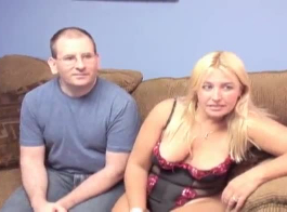 جبهة مورو شقراء مثير، جيسيكا جايمز يحب اللعب مع كبير الثدي، بينما على السرير اليوغا