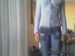 الأبنوس في سن المراهقة شرائط قبالة ملابسها.