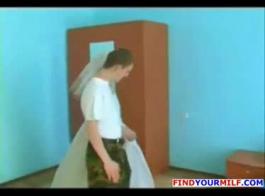 السمين شقراء جبهة مورو في فستان حريري