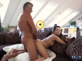امرأة سمراء ورائحة جبهة مورو تلبي مارس الجنس من قبل مجموعة من الرجال البيض، في غرفة النوم