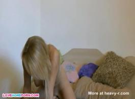 فتاة شقراء لطيف مع الثدي الصغيرة هي الحصول على خبطت وحبها، في غرفة الفندق