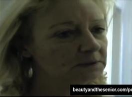 زوجة شعر مجعد أسفل مارس الجنس والكريمة مغطاة مبللة من قبل قرنية الفرعية.