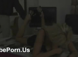 فاتنة شقراء قرنية مع الثدي الصغيرة تنشر ساقيها مفتوحة على مصراعيها والحصول على مارس الجنس.